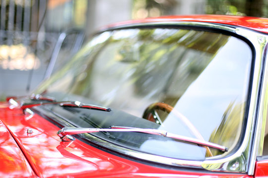 Oldtimer rotes Coupe - Windschutzscheibe