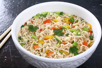 cibo asiatico zuppa spaghetti e verdure