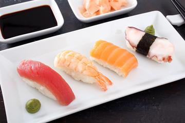 sushi assortito sfondo grigio