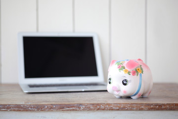 パソコンと貯金箱