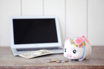 貯金箱とパソコン