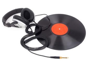 Kopfhörer liegen über eine Schallplatte