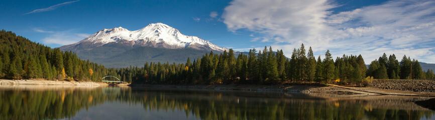 Tuinposter Bergen Mt Shasta Mountain Siskiyou Lake Bridge California Recreation