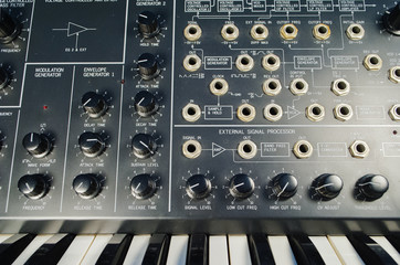 Analog synthesizer and patch panel