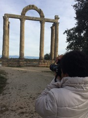 fotografiando ruinas romanas en un pueblo de caceres