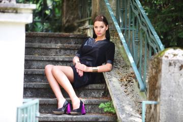 Frau im kleinen Schwarzen mit langen Beine
