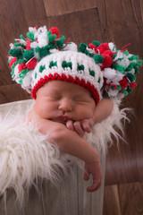 nouveau né et bonnet pompons