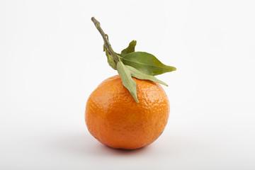 una mandarina sobre fondo blanco