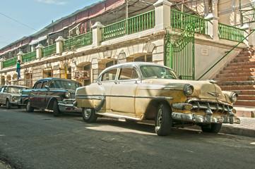 Zwei Oldtimer in Santiago de Cuba