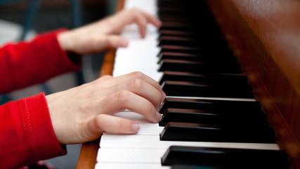 Kinderhände am Klavier