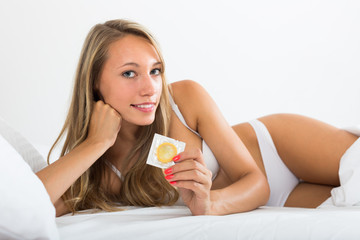 girl showing how to put on condom video