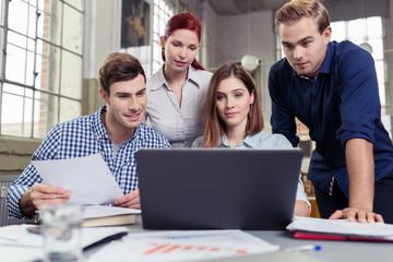 arbeitsgruppe mit laptop