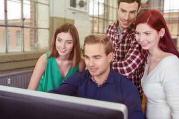 junges business-team arbeitet zusammen am pc