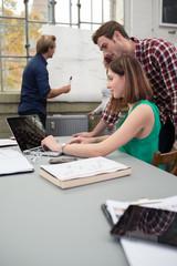 junge kollegen arbeiten an einem projekt