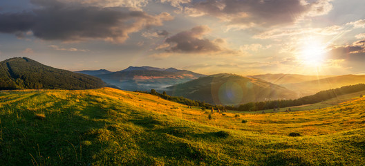 Photo sur Toile Sauvage agricultural field in mountains at sunset