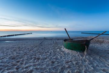Łódź rybacka na morskiej plaży