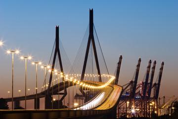 Köhlbrandbrücke Hamburg in der Abenddämmerung