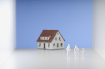 Figurines Familie stand vor dem Haus.