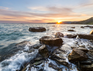 Spektakularny wschód słońca na skalistym wybrzeżu Adriatyku