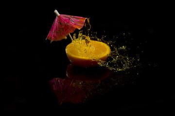 Апельсин и брызги воды