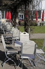 Terrasse und Garten eines Cafés