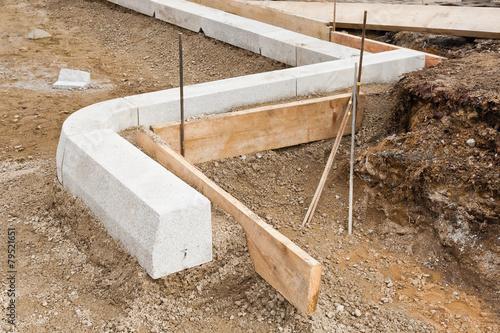 strassenbau bordsteine werden in einem betonfundament verlegt stockfotos und lizenzfreie. Black Bedroom Furniture Sets. Home Design Ideas
