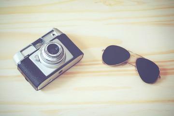 camara de fotos vintage y gafas de sol