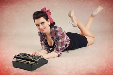 Pinup Girl liegt vor alter Schreibmaschine