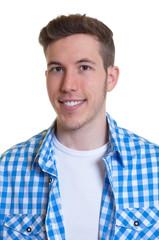 Passfoto eines jungen Mannes im karierten Hemd