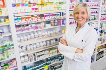 Papiers peints Pharmacie Blonde pharmacist with arms crossed smiling at camera