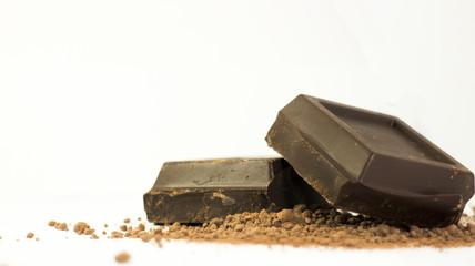 Sfondo due pezzi di cioccolato su cacao