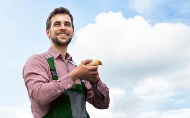 Bauer mit glücklichen bio Küken