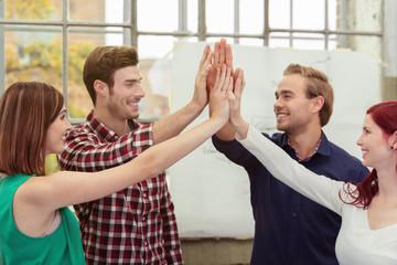 studenten geben sich high five