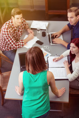frau moderiert eine team-besprechung