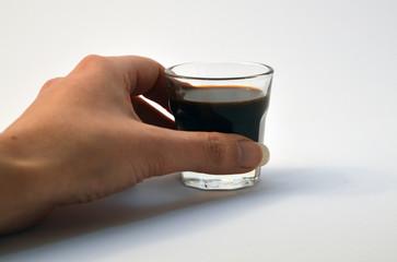mano con bicchierino