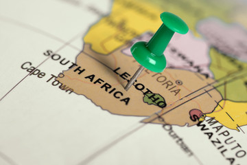 Spoed Fotobehang Zuid Afrika Location South Africa. Green pin on the map.