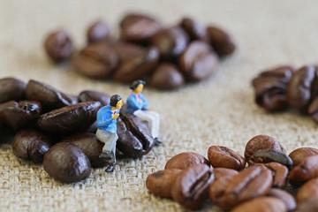 コーヒー豆について語る二人