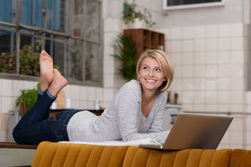moderne frau suft zuhause im internet