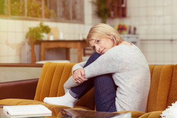 entspannte frau zuhause auf dem sofa