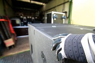 Lautsprecher wird in Lastwagen geladen