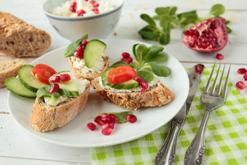 Crunchy bread with cream cheese and fresh vegetables