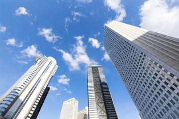 快晴 青空 超広角で見上げる新宿高層ビル群