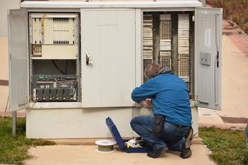 electricista reparando una averia