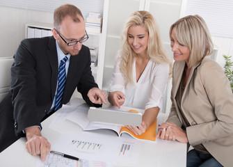 Geschäftliche Besprechung: Personen weiblich männlich im Büro