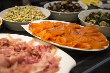 Antipasti im Restaurant mit Lachs