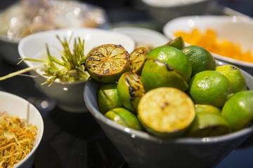 Zutaten Kochen, angebratende Limetten und Zitronengras