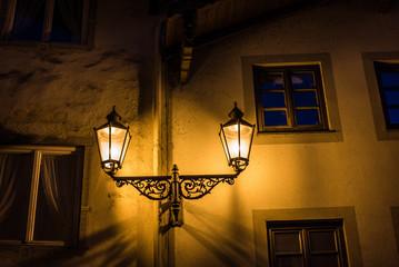 Straßenbeleuchtung an Hausfassade in Wolfratshausen