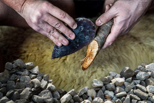 Faustkeil aus Steinzeit schnitzt spitzen Jagdspeer
