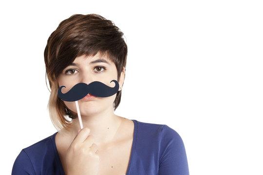 adolescente con baffi finti