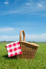 Tuinposter Picknick Picnic basket in nature
